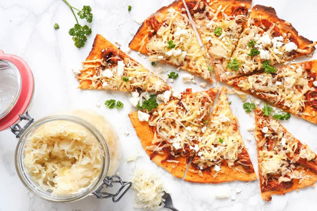 Zoete aardappelpizza met zuurkool en pulled chicken